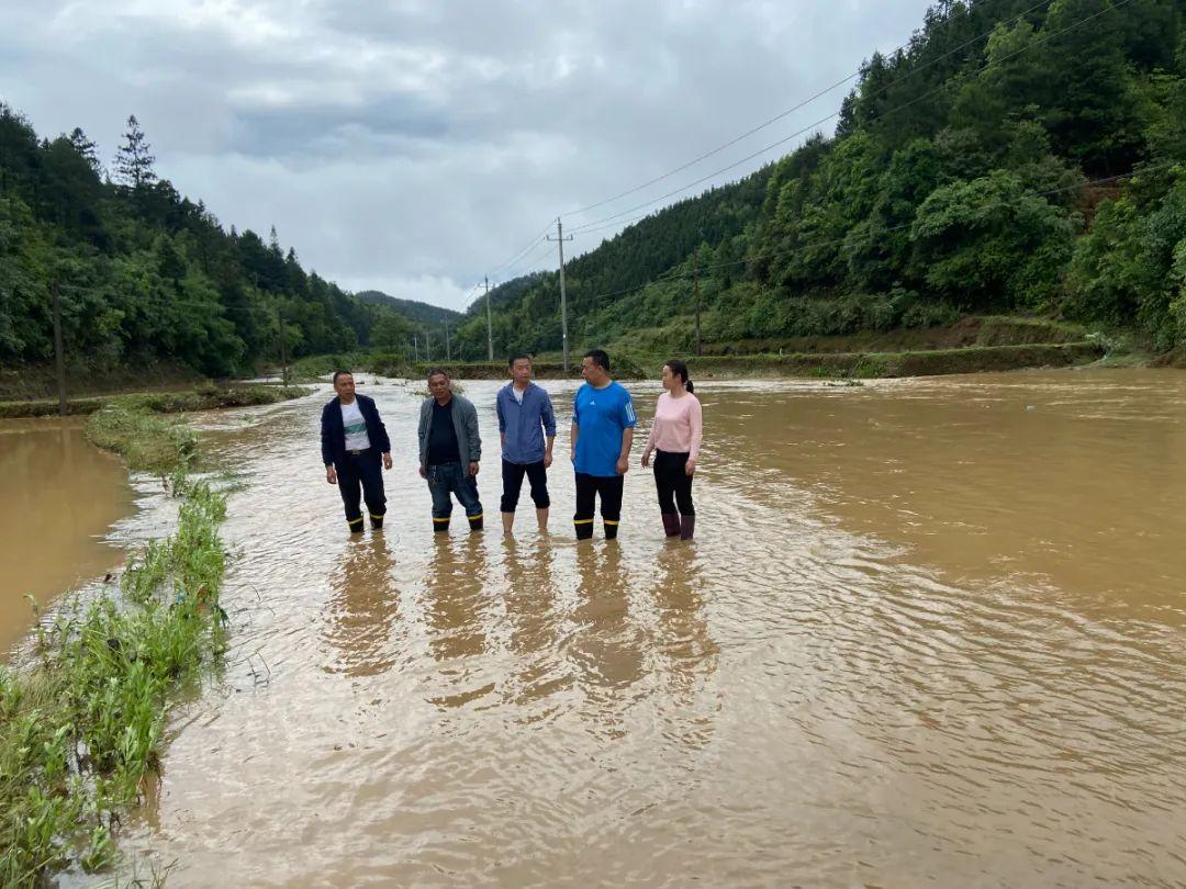 工作队参与抗洪救灾.jpg